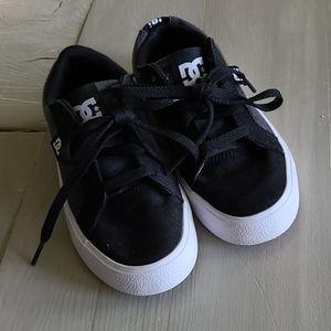 Like new kids DC skate shoes